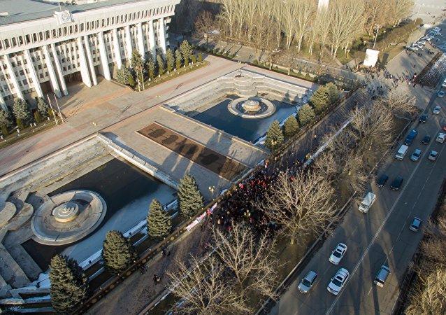 Митингующие у здания Жогорку Кенеша в поддержку Текебаева