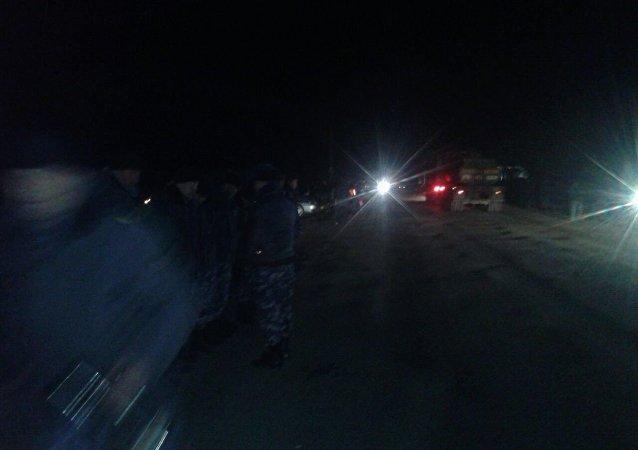 Сотрудники правоохранительных органов на трассе в Базар-Коргоне Джалал-Абадской области