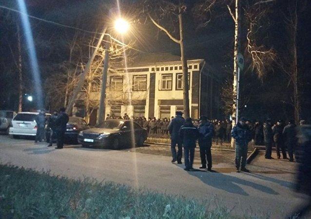 Сотрудники милиции оцепили здание ГКНБ в Бишкеке