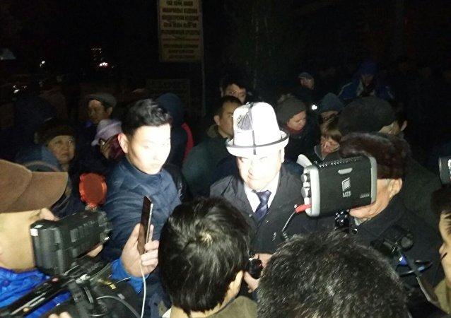 Депутат ЖК Каныбек Иманалиев на митинге сторонников Текебаева у здания военного суда в Бишкеке