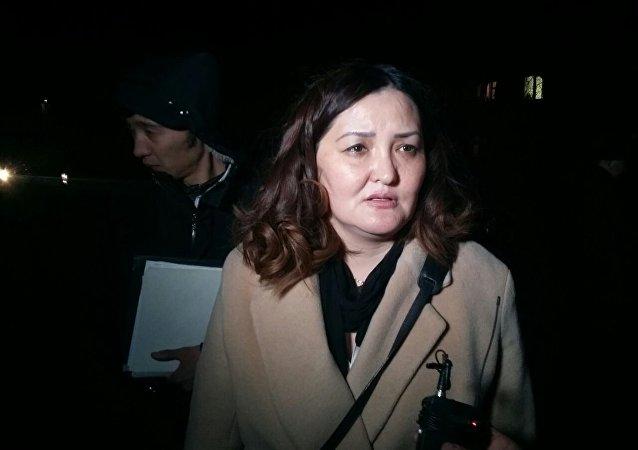 Адвокат Текебаева Чинара Джусупбекова на митинге сторонников Текебаева у здания военного суда в Бишкеке