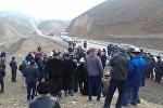 Жители Кадамжайского района Баткенской области на акции протеста, с требованием закрыть трассу Пульгон — Кок-Талаа для большегрузных авто