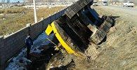 Экскаватор перевернулся на автодороге, проходящей через село Корумду Иссык-Кульского района