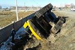 Ысык-Көл облусунун Корумду айылында тралдан кулаган экскаватор жолдун жээгинен бир нече күндөн бери алынбай жаткандыгын Sputnik Кыргызстан агенттигине күбө билдирди