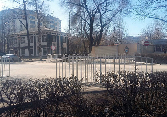 Сотрудники милиции у здания Госкомитета национальной безопасности в Бишкеке