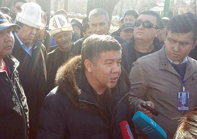 Депутат Алмамбек Шыкмаматов на митинге в поддержку задержанного Текебаева в у здания ГКНБ в Бишкеке
