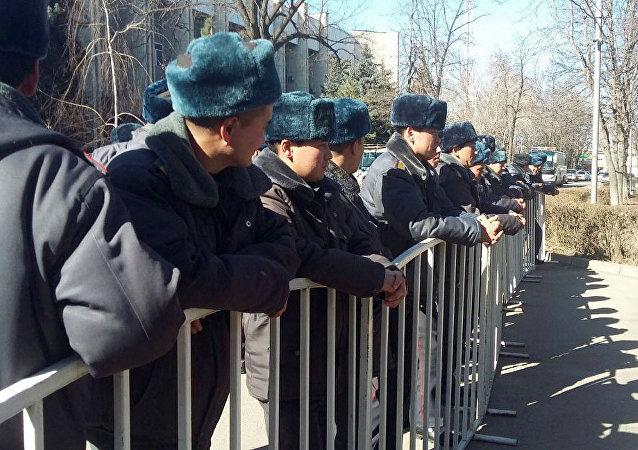 Милиционеры у здания ГКНБ в Бишкеке