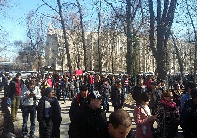Сторонники задержанного депутата Омурбека Текебаева во время митинга у здания ГКНБ в Бишкеке