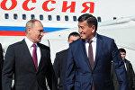 Премьер-министр Сооронбай Жээнбеков во время встречи президента России Владимира Путина в аэропорту Манас. Архивное фото
