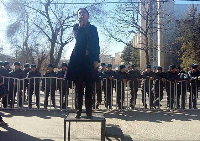 Депутат Аида Салянова на митинге в поддержку задержанного Текебаева в у здания ГКНБ в Бишкеке
