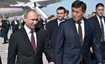 Президент РФ Владимир Путин во время встречи в аэропорту Манас в Бишкеке. Справа - премьер-министр Кыргызстана Сооронбай Жээнбеков