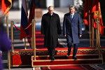 Президент Кыргызстана Алмазбек Атамбаев и глава РФ Владмир Путин во время церемонии официальной встречи в государственной резиденции Ала-Арча