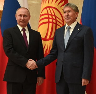 Архивное фото президента РФ Владимира Путина и президента Кыргызстана Алмазбека Атамбаева