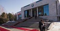 Через несколько часов здесь начнется церемония встречи российского лидера