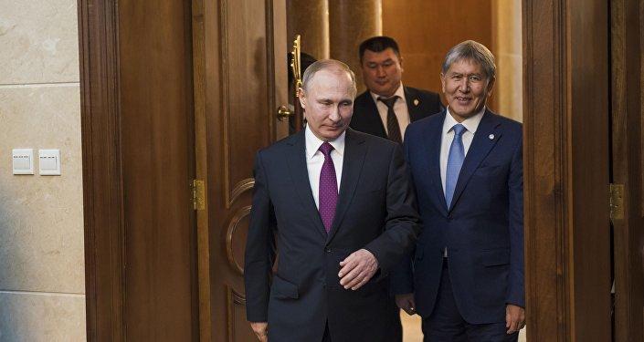 Президент Кыргызстана Алмазбека Атамбаева и глава РФ Владимир Путин во время встречи в Бишкеке. Архивное фото