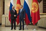Архивное фото президента Алмазбека Атамбаева и глава РФ Владимира Путина