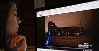 Девушка смотрит видеозапись с YouTube. Архивное фото