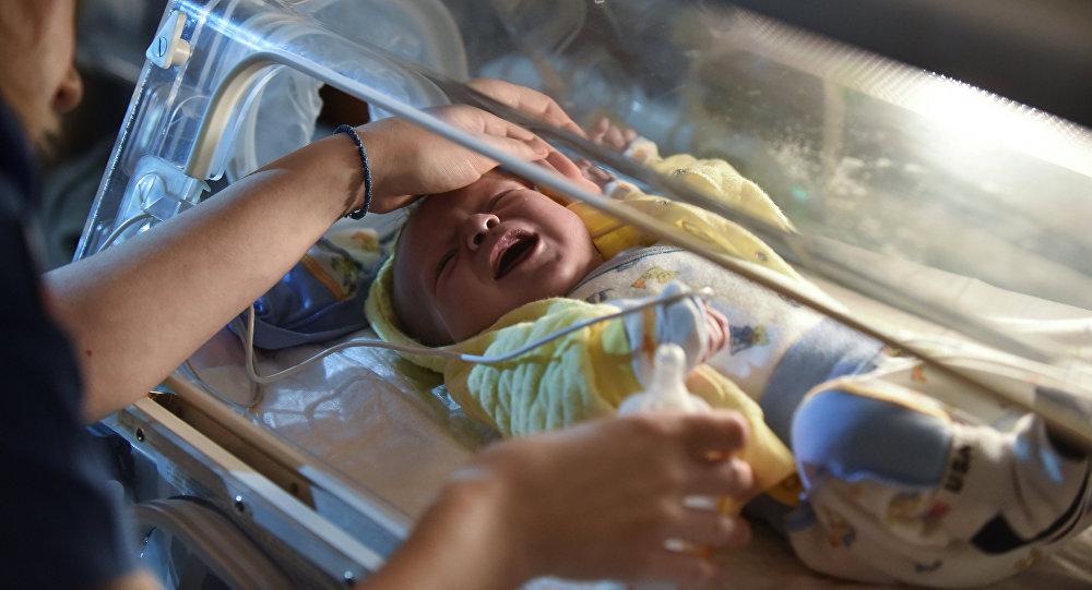Медицинский работник с грудным ребенком. Архивное фото
