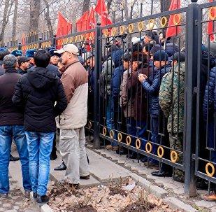 Сторонники Омурбека Текебаева на митинге у задния КТКР