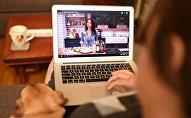 Архивное фото женщины, которая смотрит видео на портале YouTube с ноутбука