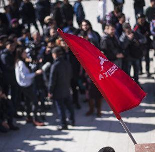 Митинг сторонников Текебаева у здания Жогорку Кенеша в Бишкеке