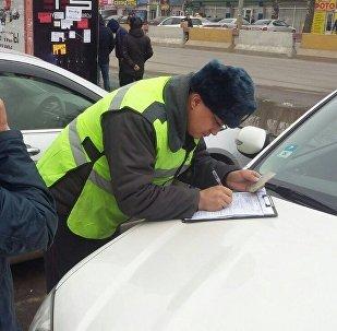 Сотрудник УПМ ГУВД Бишкека оформляет протокол нарушения ПДД. Архивное фото