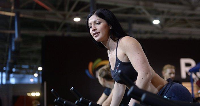 Девушка в спортзале. Архивное фото