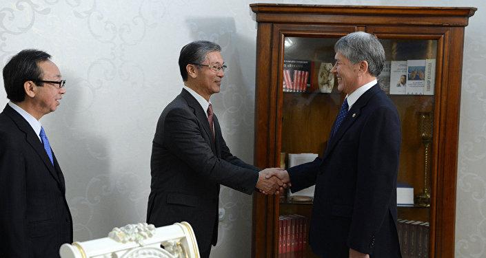 Президент КР Алмазбек Атамбаев принял председателя правления компании Tokyo Rope MFG Co., Ltd Шигето Танаку и вице-президента MITSUI & CO. STEEL LTD Шюджи Мурамацу