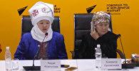 Студенттер XIX кылымдагы кыргыз кыздарынын кийимдерин тигишет