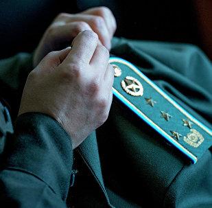 Военнослужащая шьет погоны на форме. Архивное фото