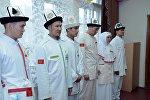 Формы одежды для паломников Кыргызстана на хадж 2017 года. Архивное фото