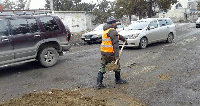 Часть дорог в удручающем состоянии и транспорту нередко приходится передвигаться по тротуарам.