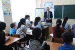 Астанада мигранттардын балдарына кыргыз тилин үйрөткөн Дүйшөн