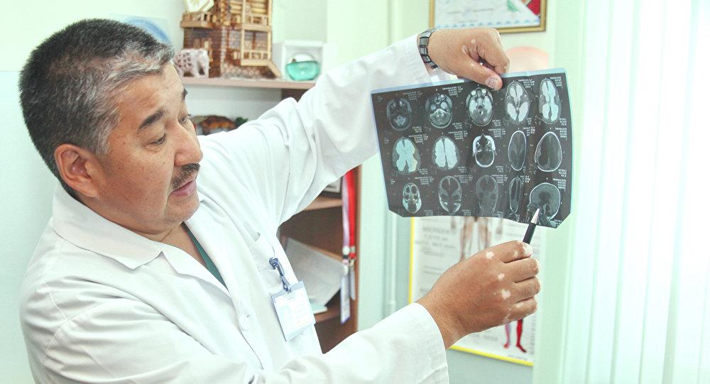 Доктор Бакытбек Карачев, заведующий неврологическим отделением НЦОМиД, рассказывает о спинномозговой грыже