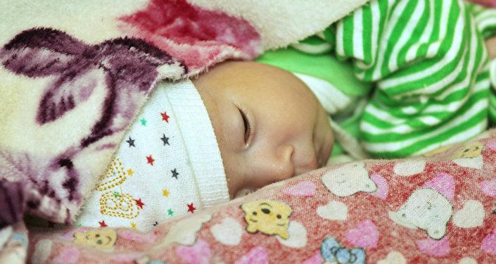 Двухмесячный Абдурахим — пациент неврологического отделения Национального центра охраны материнства и детства (НЦОМиД) в Бишкеке. С тех пор как мальчик появился на свет, его мама Алима пытается понять, почему малыш родился больным