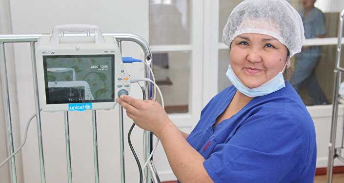 Медработник  НЦОМиД использует мониторинговое оборудование для лечения детей с врожденными пороками развития и недоношенных малышей