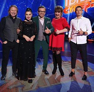 Ведущий телеканала НТВ Вадим Такменев и жюри музыкального шоу Ты супер! на НТВ