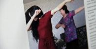 Девушка ее мама из Костаная исполняют совместный танец. Фото со страницы Instagram пользователя assita_k