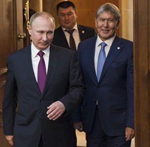 Глава РФ Владимир Путин и президент Кыргызстана Алмазбек Атамбаев на церемонии торжественной встречи у резиденции Ала-Арча в Бишкеке