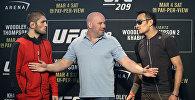 Президент UFC Дана Уайт стоит между бойцами Тони Фергюсоном и Хабибом Нурмагомедовым во время пресс-конференции в Лас-Вегасе. Архивное фото