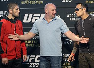 Архивное фото президента UFC Дана Уайта, который стоит между бойцами Тони Фергюсоном и Хабибом Нурмагомедовым