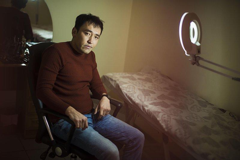 Массажист Асхат Айсаракунов на рабочем месте