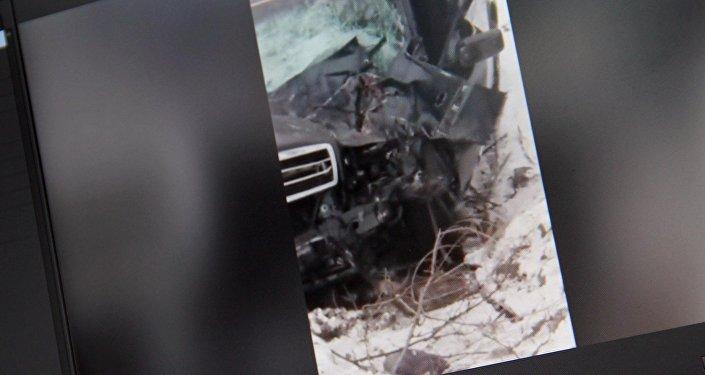 Бишкектин ВДНХ аймагында Mercedes С-180 үлгүсүндөгү унаа катуу ылдамдыкта келе жатып көпүрөнүн үстүнөн ыргып кеткен.