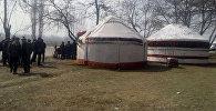 Ата Мекен фракциясынын лидери Өмүрбек Текебаевдин Базар-Коргондогу тарапташтары Акман айылында митингге чыкты