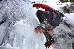 Альпинист во время взбирания на высоту. Архивное фото