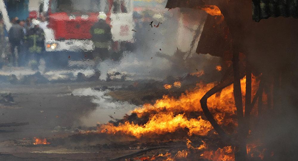 Сотрудники МЧС во время тушения пожара. Архив