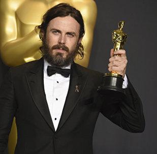 Актер Кейси Аффлек позирует с наградой за лучшую мужскую роль в фильме Манчестер моря на церемонии вручения Оскара