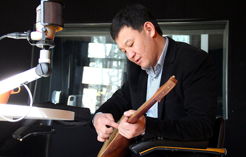 Фольклорный певец из Кырызстана Айбек Касымов во время интервью Sputnik Кыргызстан