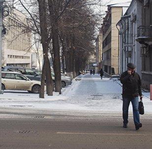 Мужчина переходит дорогу на улице Токтогула в Бишкеке. Архивное фото