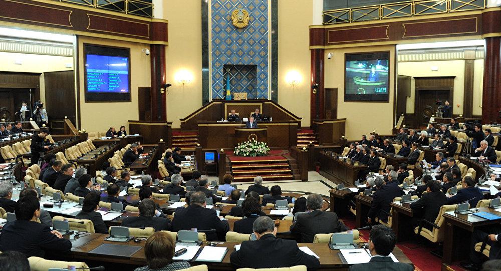 Проект поправок кКонституции Казахстана принят впервом чтении